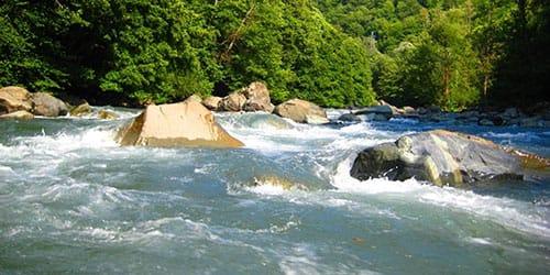тонуть в бурной реке