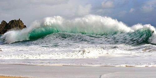 тонуть в бушующем море