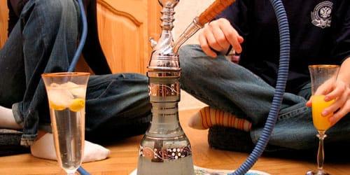 курить кальян в компании друзей