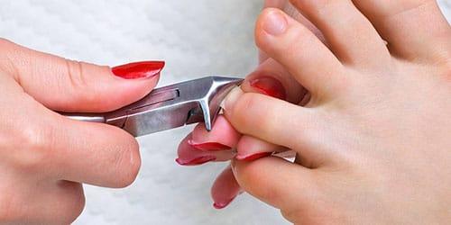 обрезать ногти на ногах