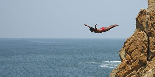 падать с большой высоты в воду