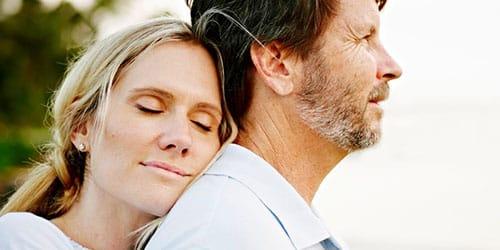 обнимать умершего мужа