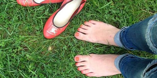 ходить босиком и найти старую обувь