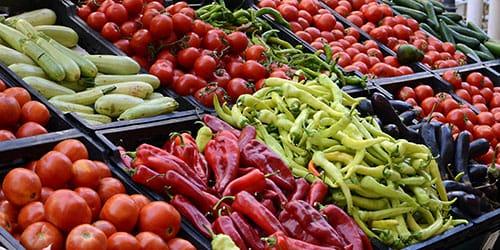 покупать овощи на рынке