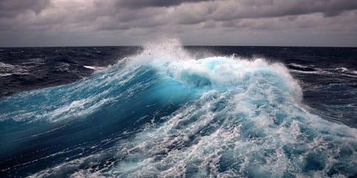 видеть большие волны в шторм