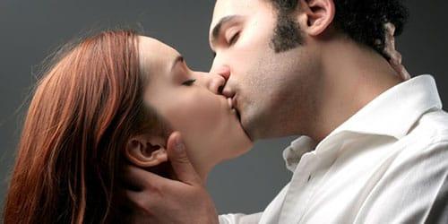 целовать умершего человека
