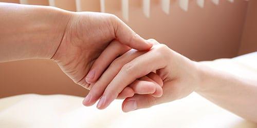 держать за руку покойника