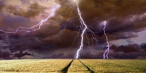 гром и молния в поле