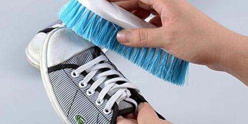 чистить грязную обувь