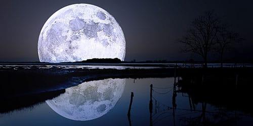 луна большая и полная отражается в воде