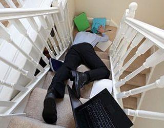 Падать с лестницы
