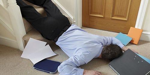 мужчина упал с лестницы
