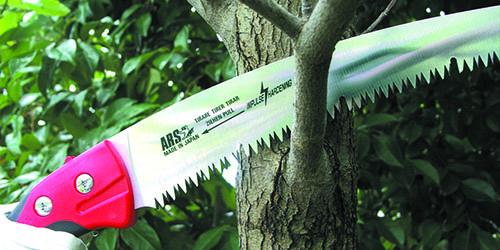 пилить дерево ножовкой