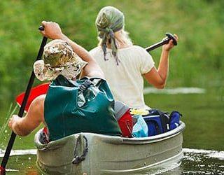 Плыть по реке на лодке