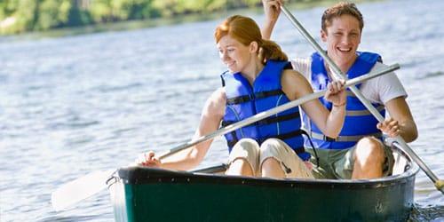 плыть по реке на лодке с другом