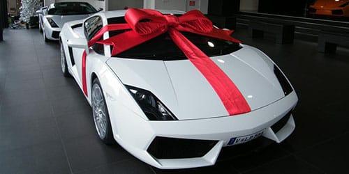 подарили белый автомобиль