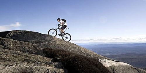 подниматься в гору на велосипеде