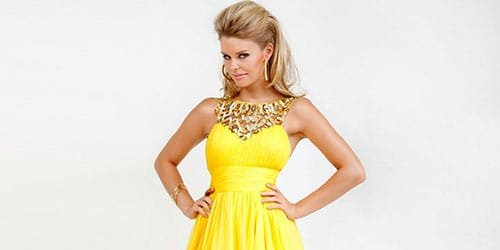 примерять новое платье желтого цвета