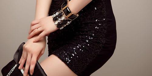 примерять черное платье