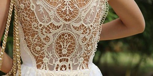 примерять красивое кружевное платье