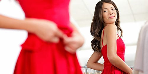 примерять новое красное платье