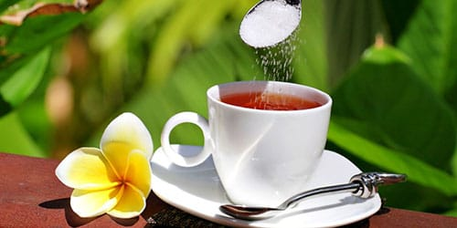 насыпать сахарный песок в чай