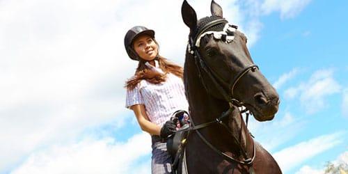 скакать на коне верхом