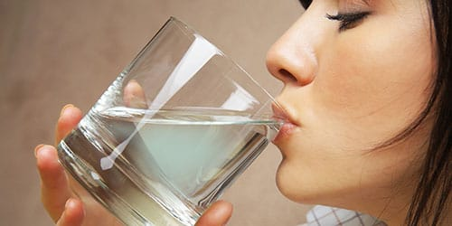 пить теплую воду
