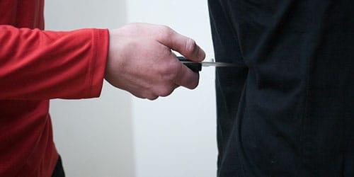 пырнуть человека ножом