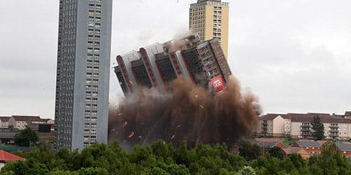 дом рушится от взрыва