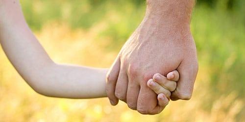 взять за руку ребенка