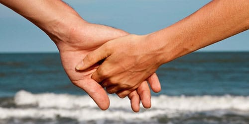 держать за руку мужчину