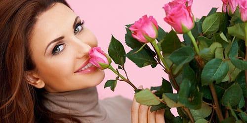 знакомая женщина с цветами в руках