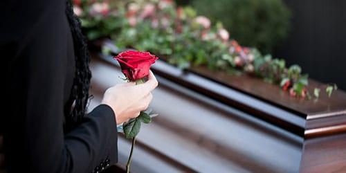 умершая знакомая женщина