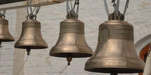 звонить в колокола