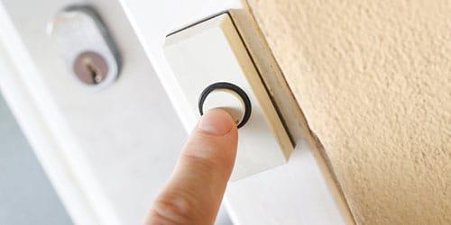 звонить в дверь