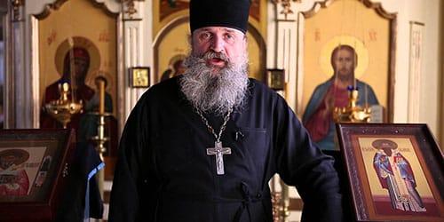 батюшка священник в церкви