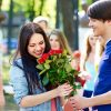 бывший парень дарит цветы другой девушке