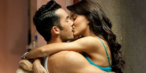 целовать жену