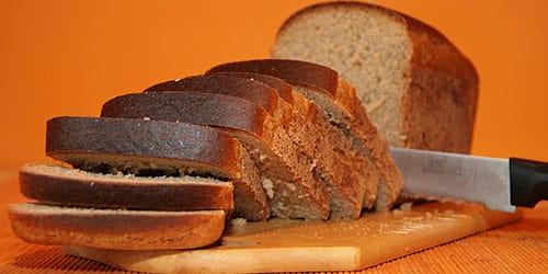 резать ржаной хлебушек