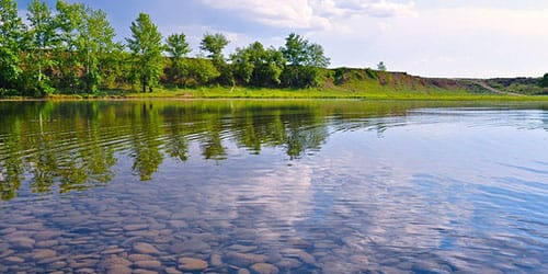прозрачная вода в реке