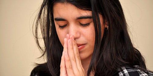 девочка думает о боге