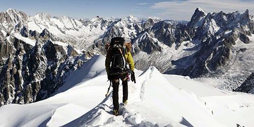покорять горы в снегу