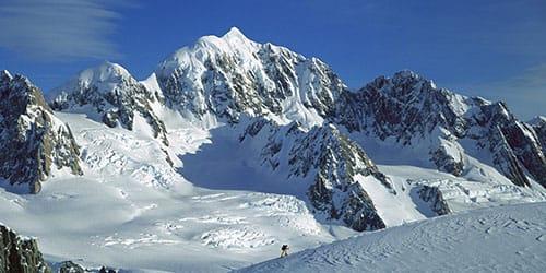 много гор в снегу