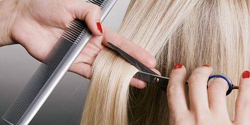 подстригать волосы