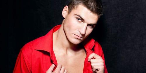 мужчина в красной рубашке