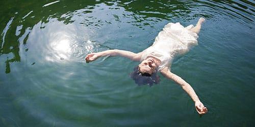 плавать в озере