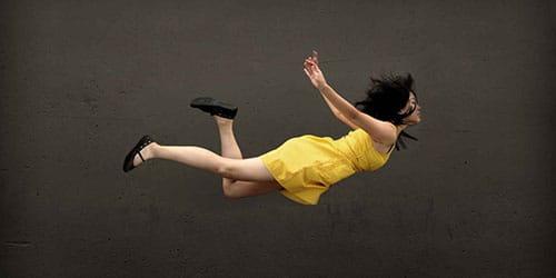 девушка летит