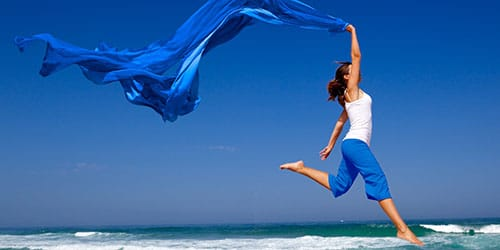 девушка парит над морем