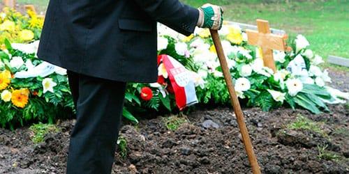 копать могилу